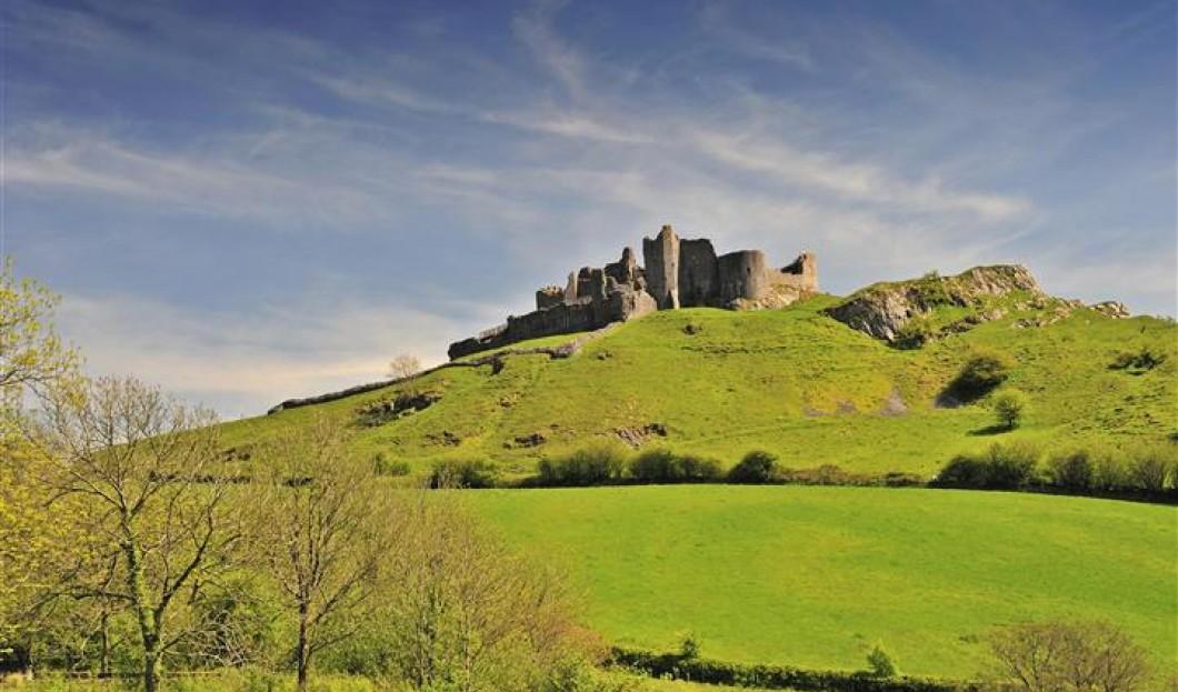 قلعة كاريغ سينين Carreg Cennen في ويلز.