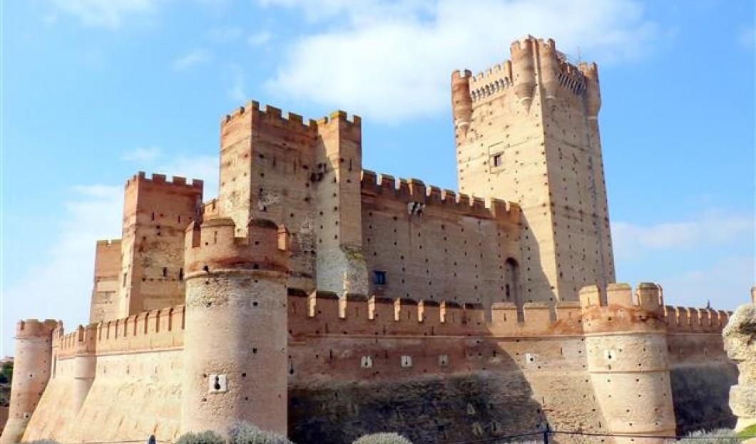 قلعة دي لا موتا Castillo de la Mota ، في إسبانيا.