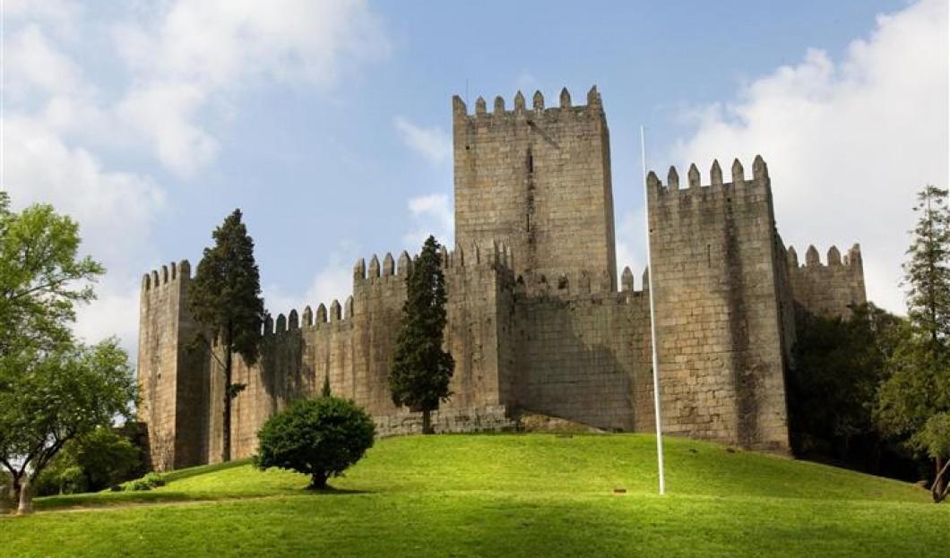 قلعة دي غيمارايس Castelo De Guimaraes في البرتغال.
